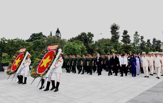 Lãnh đạo TP HCM dâng hương tưởng niệm các anh hùng liệt sĩ - Ảnh 1.