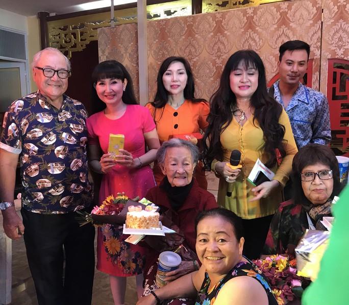 Bị gãy tay, NSƯT Diệu Hiền vẫn lên sân khấu biểu diễn - Ảnh 5.