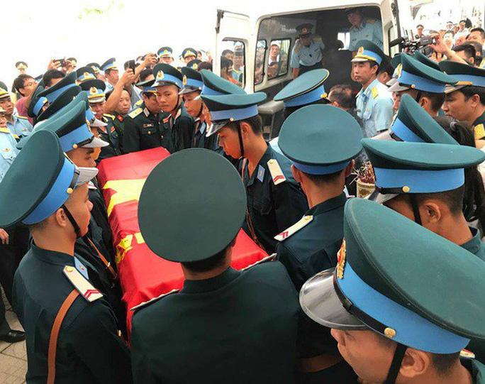Nghẹn ngào lễ truy điệu 2 phi công Su-22 hy sinh tại Nghệ An - Ảnh 7.