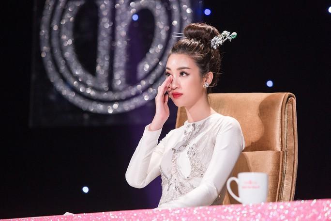 Hoa hậu Đỗ Mỹ Linh khóc nghẹn vì cặp vợ chồng khuyết tật trong dự án Người đẹp nhân ái 2018 - Ảnh 1.