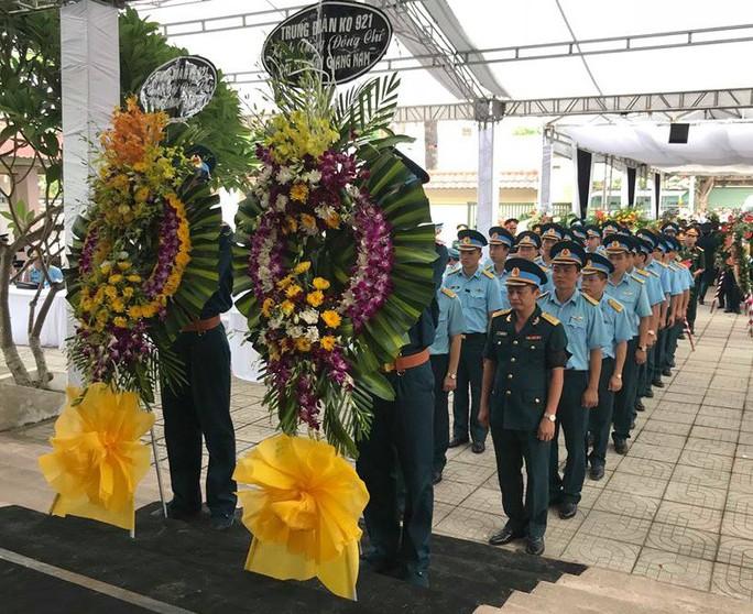 Nghẹn ngào lễ truy điệu 2 phi công Su-22 hy sinh tại Nghệ An - Ảnh 3.
