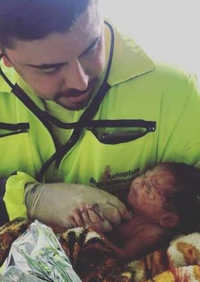 Văng khỏi bụng mẹ trong tai nạn giao thông, em bé sống sót kỳ diệu - Ảnh 3.