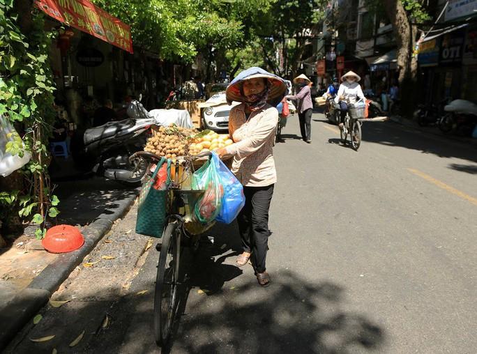 Người Hà Nội choáng váng với nắng gay gắt hơn 40 độ C - Ảnh 3.