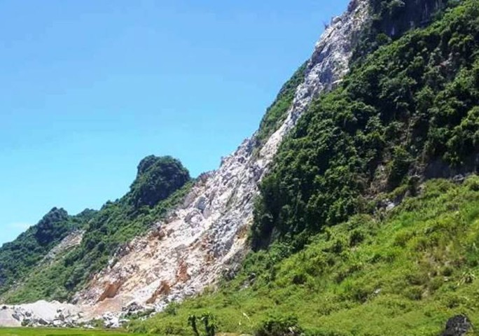 Người đàn ông rơi từ trên vách núi cao 50 m xuống đất tử vong - Ảnh 1.