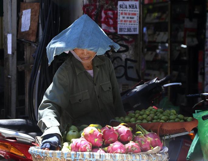 Người Hà Nội choáng váng với nắng gay gắt hơn 40 độ C - Ảnh 4.