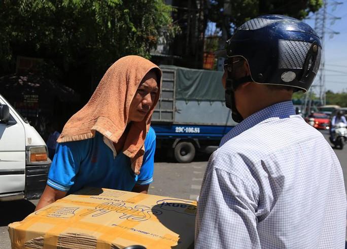 Người Hà Nội choáng váng với nắng gay gắt hơn 40 độ C - Ảnh 8.