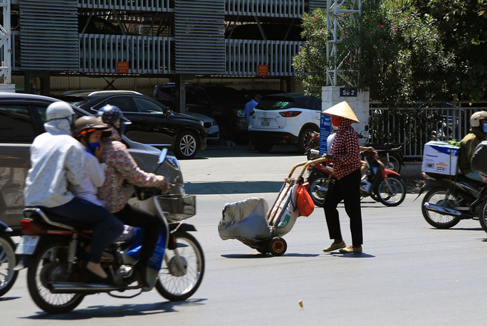 Người Hà Nội choáng váng với nắng gay gắt hơn 40 độ C - Ảnh 9.