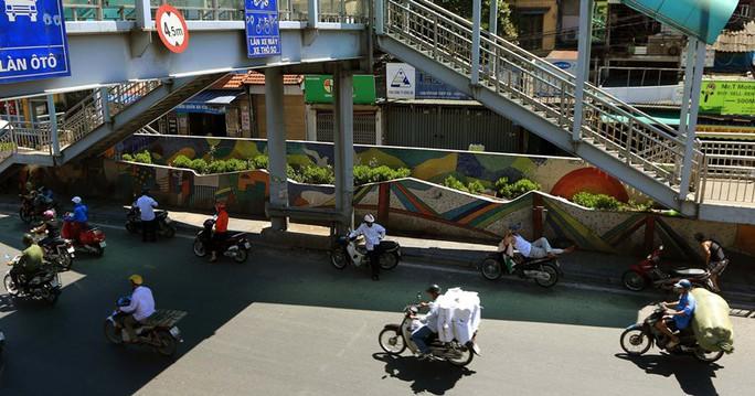 Người Hà Nội choáng váng với nắng gay gắt hơn 40 độ C - Ảnh 6.