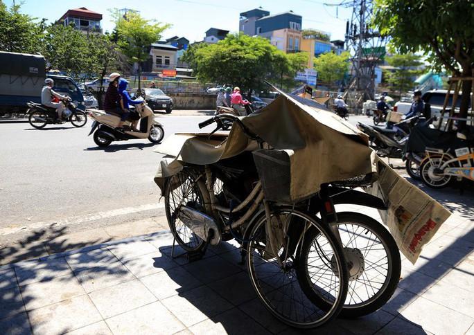 Người Hà Nội choáng váng với nắng gay gắt hơn 40 độ C - Ảnh 7.