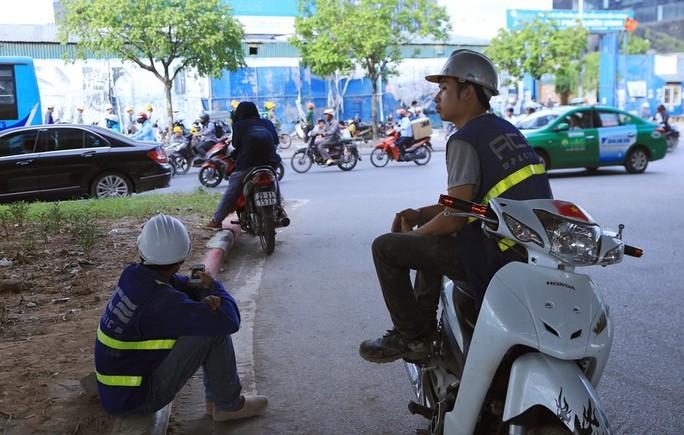 Người Hà Nội choáng váng với nắng gay gắt hơn 40 độ C - Ảnh 13.