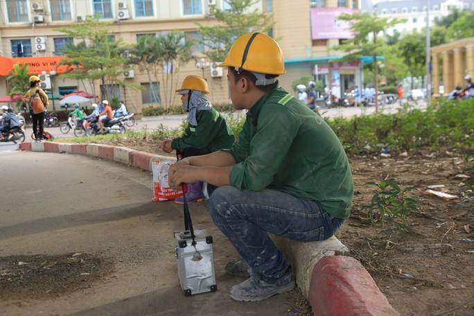 Người Hà Nội choáng váng với nắng gay gắt hơn 40 độ C - Ảnh 14.