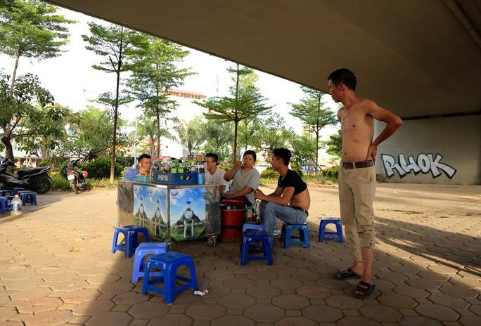 Người Hà Nội choáng váng với nắng gay gắt hơn 40 độ C - Ảnh 15.