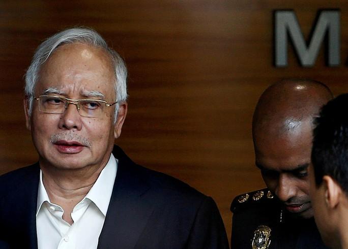 Cựu Thủ tướng Malaysia Najib Razak bị bắt - Ảnh 3.