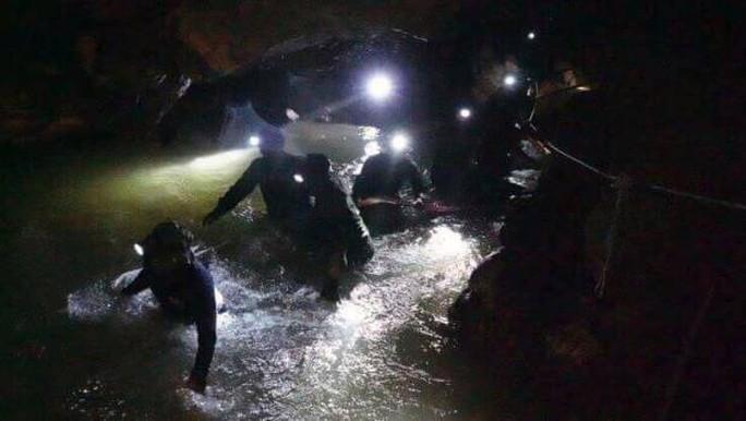 Thái Lan: Đưa đội bóng ra khỏi hang rất khó, tiếp tế thực phẩm đủ dùng 4 tháng - Ảnh 2.