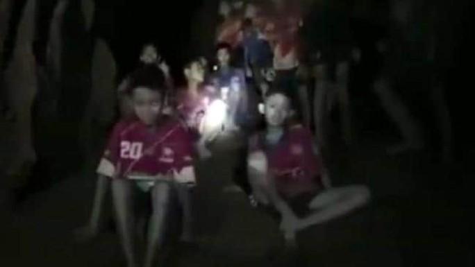 Vụ mắc kẹt trong hang động Thái Lan: Điều đầu tiên đội bóng nhí nói khi được tìm thấy là gì? - Ảnh 1.