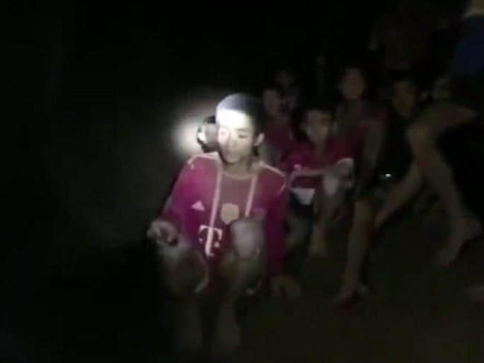 Vụ mắc kẹt trong hang động Thái Lan: Điều đầu tiên đội bóng nhí nói khi được tìm thấy là gì? - Ảnh 3.
