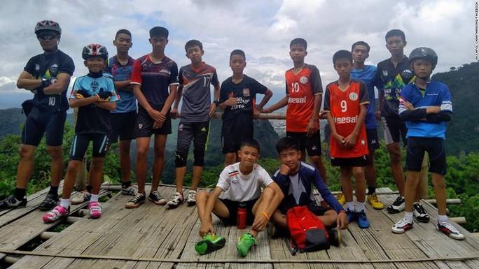 Giải cứu đội bóng nhí Thái Lan: Từ lúc trời trong xanh đến khi cúi đầu cảm ơn đội cứu hộ - Ảnh 1.