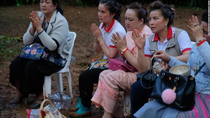 Giải cứu đội bóng nhí Thái Lan: Từ lúc trời trong xanh đến khi cúi đầu cảm ơn đội cứu hộ - Ảnh 5.