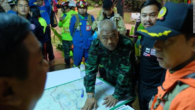 Giải cứu đội bóng nhí Thái Lan: Từ lúc trời trong xanh đến khi cúi đầu cảm ơn đội cứu hộ - Ảnh 6.