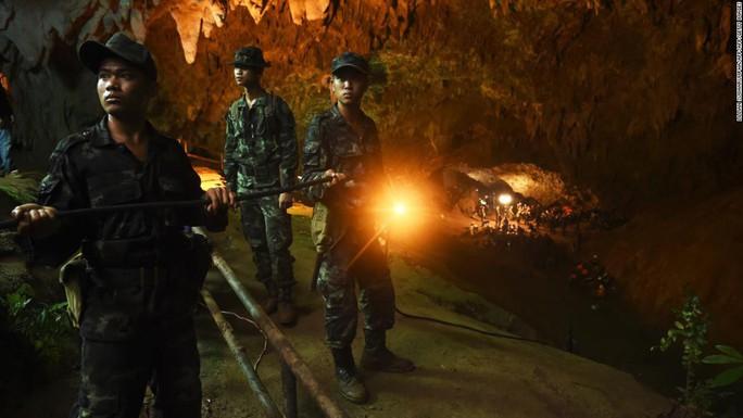 Giải cứu đội bóng nhí Thái Lan: Từ lúc trời trong xanh đến khi cúi đầu cảm ơn đội cứu hộ - Ảnh 7.