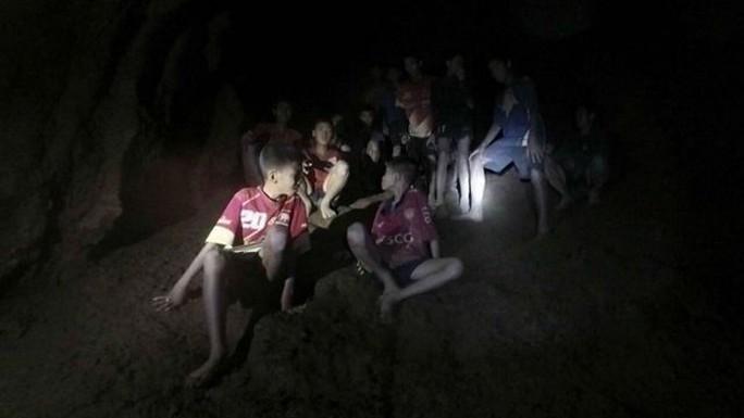 Giải cứu đội bóng nhí Thái Lan: Từ lúc trời trong xanh đến khi cúi đầu cảm ơn đội cứu hộ - Ảnh 8.