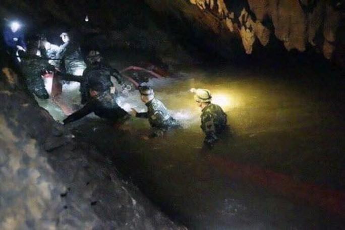 Vụ mắc kẹt trong hang động Thái Lan: Điều đầu tiên đội bóng nhí nói khi được tìm thấy là gì? - Ảnh 5.