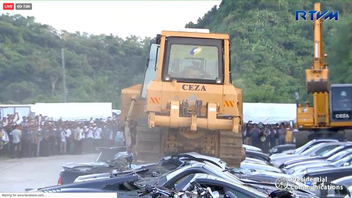 Ông Duterte xem cảnh xe ủi phá nát hàng chục xe sang - Ảnh 1.
