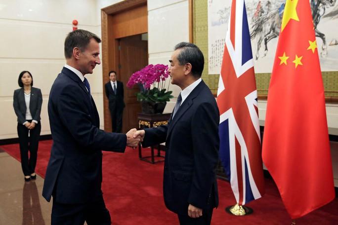 Sang Trung Quốc, Ngoại trưởng Anh nói nhầm gốc gác của vợ - Ảnh 1.