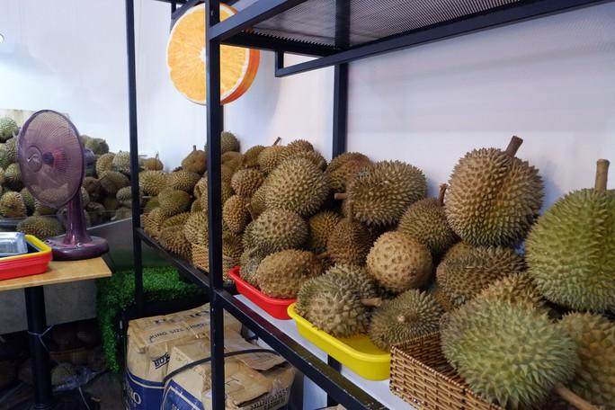 Xếp hàng chờ tới lượt mua sầu riêng ăn trả hạt ở TP HCM - Ảnh 5.