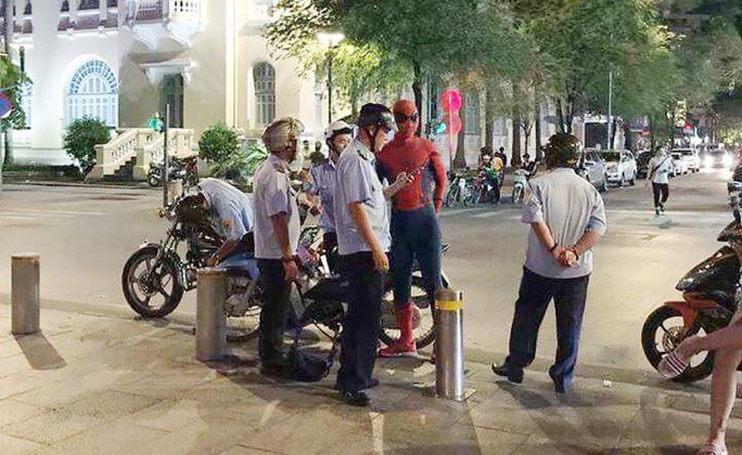 Tranh cãi quanh chuyện phạt người nhện ở phố đi bộ Nguyễn Huệ - Ảnh 1.