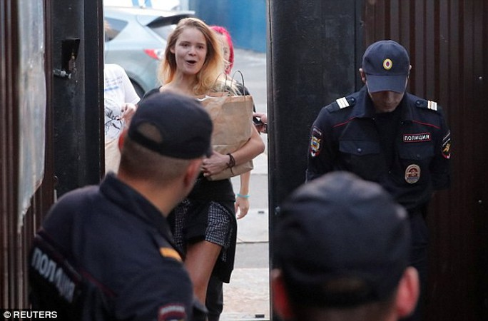 Nhóm nhạc Nga quấy rối chung kết World Cup lại bị bắt giam - Ảnh 4.