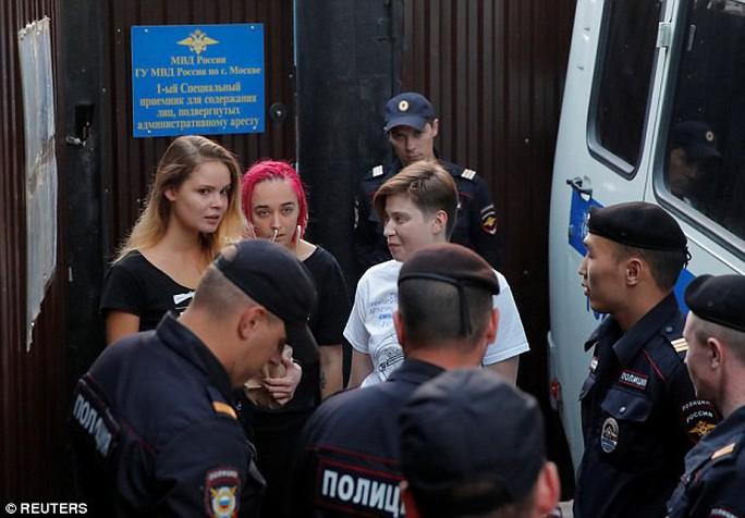 Nhóm nhạc Nga quấy rối chung kết World Cup lại bị bắt giam - Ảnh 3.