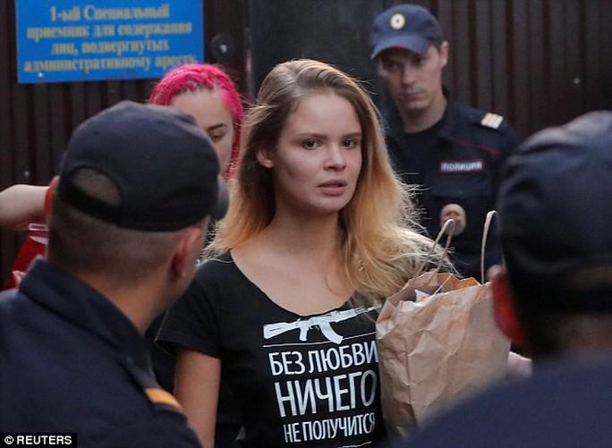Nhóm nhạc Nga quấy rối chung kết World Cup lại bị bắt giam - Ảnh 1.