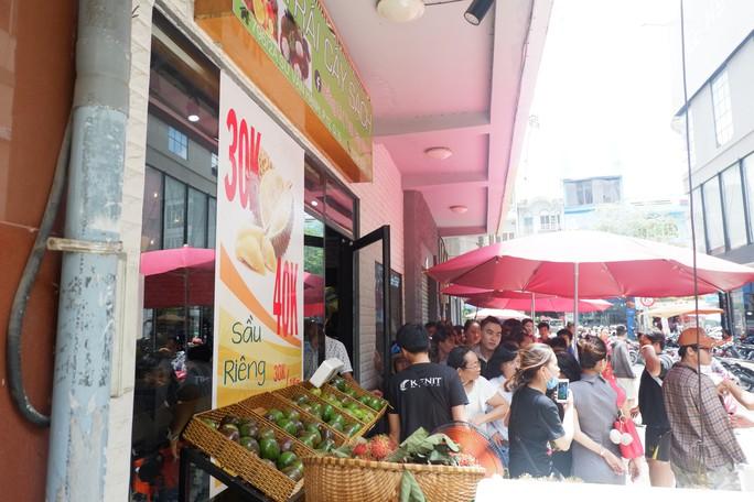 Xếp hàng chờ tới lượt mua sầu riêng ăn trả hạt ở TP HCM - Ảnh 1.