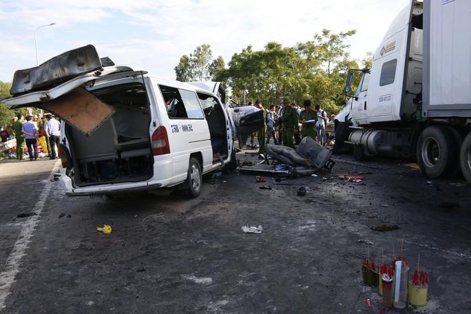 Giám định tìm nguyên nhân vụ xe rước dâu gặp nạn, 13 người chết - Ảnh 2.