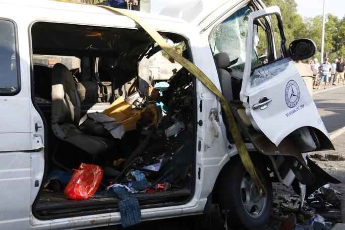 Giám định tìm nguyên nhân vụ xe rước dâu gặp nạn, 13 người chết - Ảnh 1.