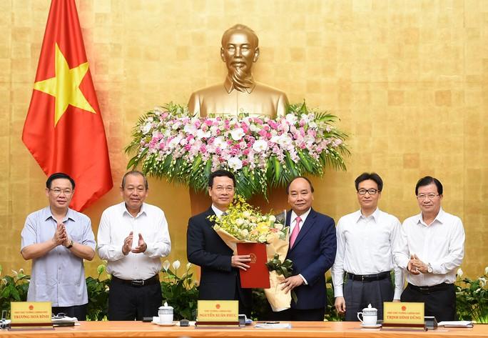 Thủ tướng trao quyết định giao quyền Bộ trưởng TT-TT cho ông Nguyễn Mạnh Hùng - Ảnh 2.