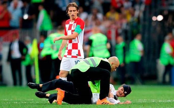 Nhóm nhạc Nga quấy rối chung kết World Cup lại bị bắt giam - Ảnh 5.