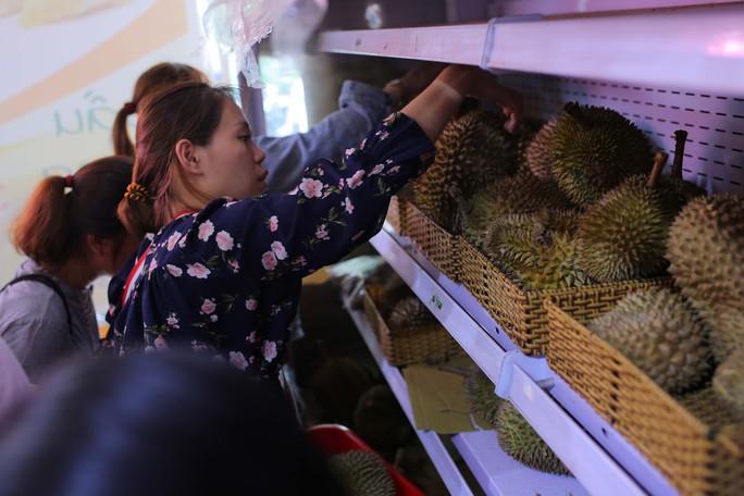 Xếp hàng chờ tới lượt mua sầu riêng ăn trả hạt ở TP HCM - Ảnh 6.