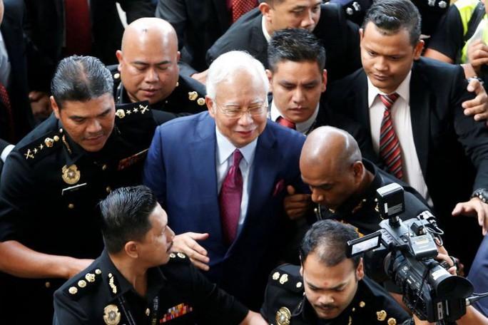 Cựu thủ tướng Malaysia ấm ức vì không được tự bảo vệ - Ảnh 2.