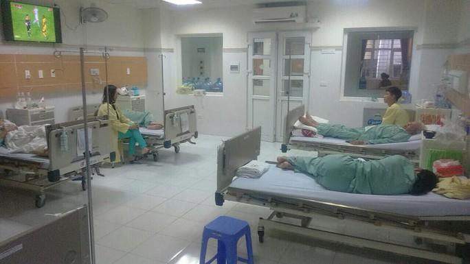 Nắng nóng, bệnh viện cắt điện phòng nhân viên để phục vụ bệnh nhân - Ảnh 4.