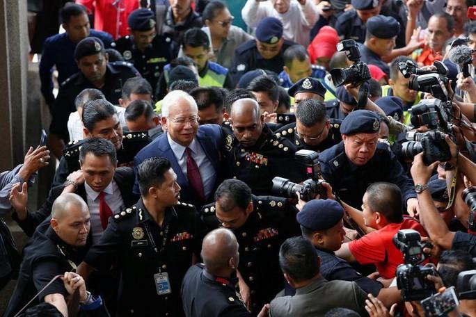 Cựu thủ tướng Malaysia ấm ức vì không được tự bảo vệ - Ảnh 3.