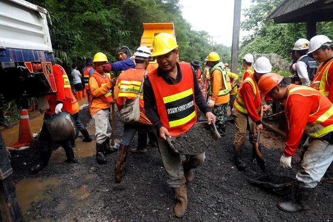 Người mắc kẹt hầm mỏ 69 ngày ở Chile mở lời về cuộc giải cứu ở Thái Lan - Ảnh 2.