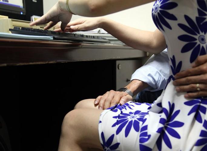 Nhận diện các hành vi quấy rối tình dục tại nơi làm việc - Ảnh 2.