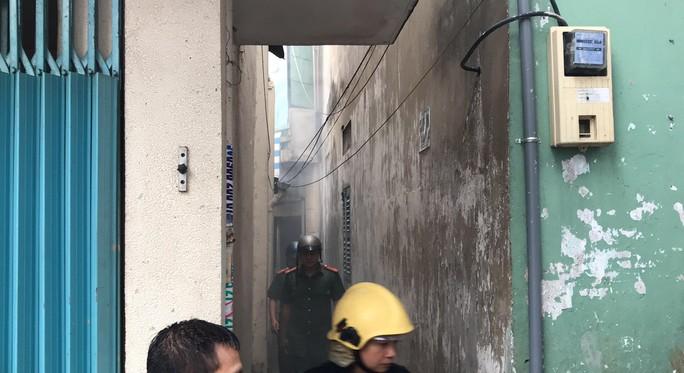 Cháy ngùn ngụt ở căn nhà sát chợ Hòa Hưng, cả khu vực náo loạn - Ảnh 2.
