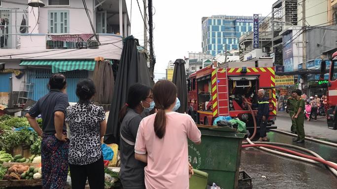 Cháy ngùn ngụt ở căn nhà sát chợ Hòa Hưng, cả khu vực náo loạn - Ảnh 3.