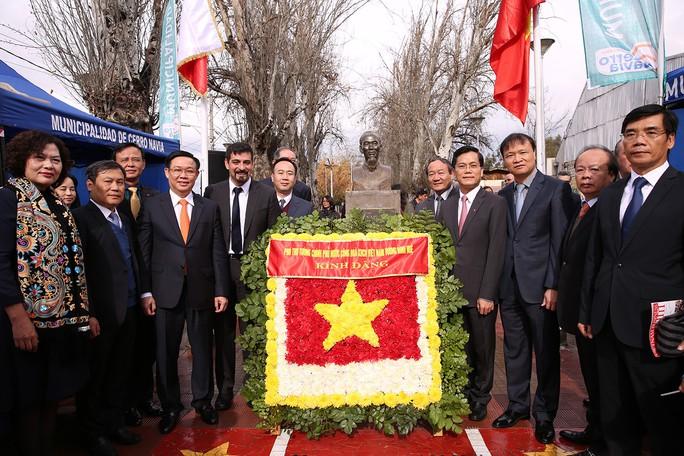 Phó Thủ tướng Vương Đình Huệ dâng hoa tại Công viên Hồ Chí Minh tại Chile  - Ảnh 1.