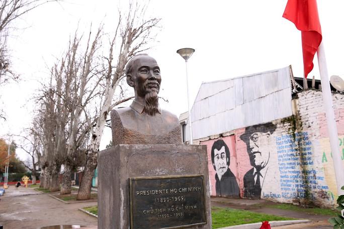 Phó Thủ tướng Vương Đình Huệ dâng hoa tại Công viên Hồ Chí Minh tại Chile  - Ảnh 2.
