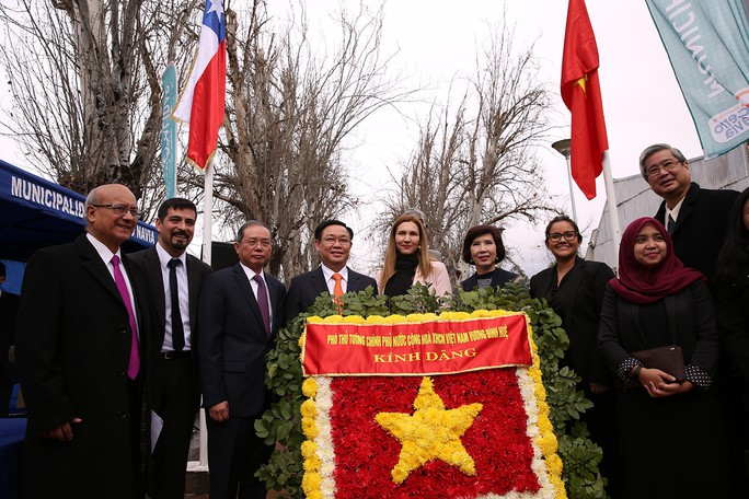 Phó Thủ tướng Vương Đình Huệ dâng hoa tại Công viên Hồ Chí Minh tại Chile  - Ảnh 3.