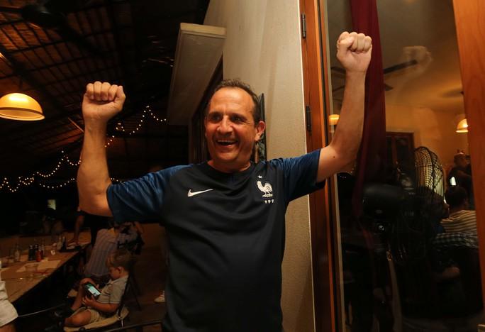 CĐV Pháp tại TP HCM ăn mừng vé bán kết sau 12 năm chờ đợi - Ảnh 4.